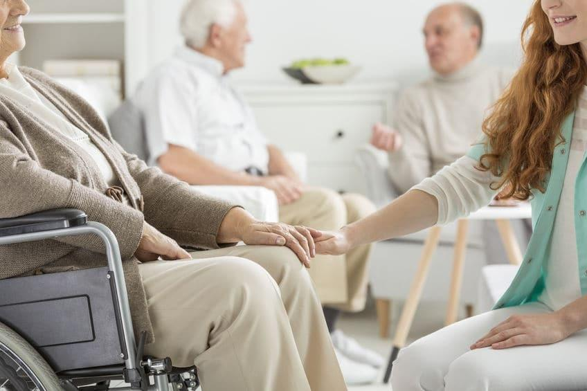 Comment choisir sa maison de retraite : les 6 critères importants